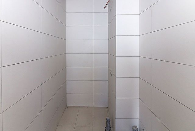 Ốp gạch WC căn hộ tầng 6 - 25 block Central