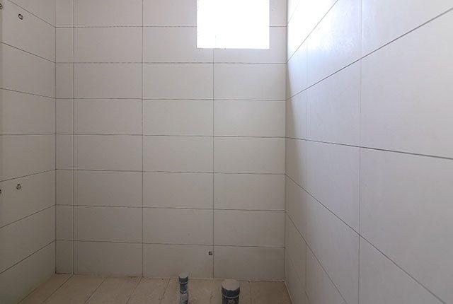 Ốp gạch WC căn hộ tầng 6 - 20 block Northern