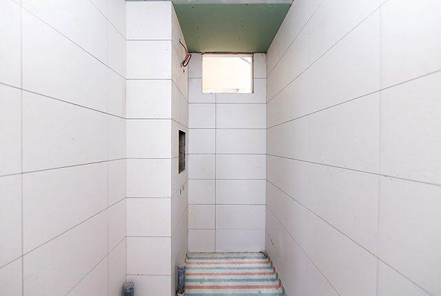 Ốp gạch WC căn hộ tầng 6 - 20 block Southern