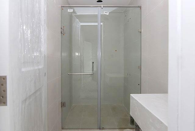 Lắp đặt cửa kính phòng tắm căn hộ tầng 7 - 12 block Central