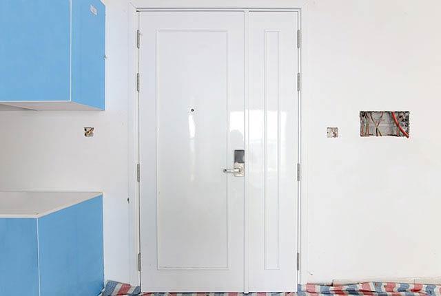 Thi công lắp đặt cửa ra vào căn hộ tầng 7 - 13 block Central
