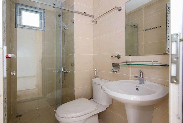 Tiếp tục lắp đặt thiết bị vệ sinh căn hộ tầng 5 - 20 block B