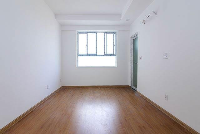 Ốp sàn gỗ phòng ngủ căn hộ tầng 5 - 18 block B