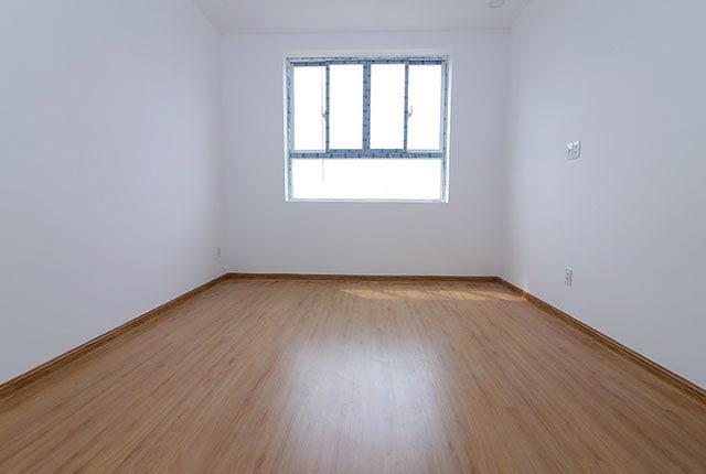 Ốp sàn gỗ phòng ngủ căn hộ tầng 5 - 15 block A