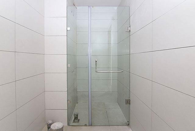 Lắp đặt cửa kính phòng tắm căn hộ tầng 7 - 18 block Central