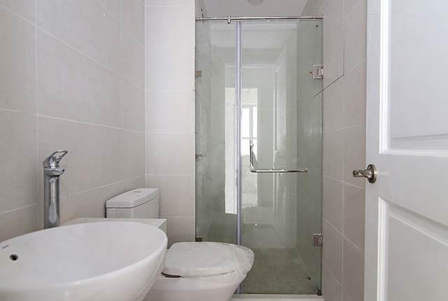 Lắp đặt vách kính phòng tắm tầng 5 - 26 và thiết bị WC căn hộ tầng 5 - 15 block Central