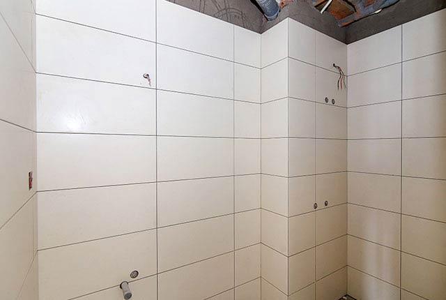 Thi công ốp gạch WC căn hộ tầng 8 block C