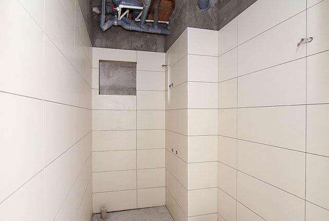 Thi công ốp gạch WC căn hộ tầng 8 block A