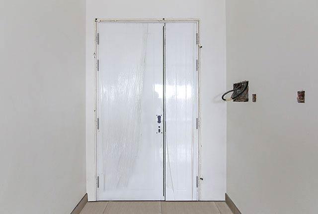 Thi công lắp đặt cửa căn hộ tầng 9 block B