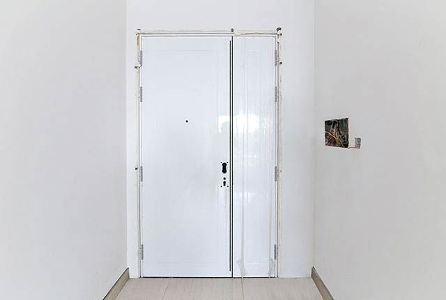 Thi công lắp đặt cửa căn hộ tầng 9 block C