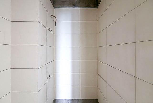 Thi công ốp gạch WC căn hộ tầng 15 block A