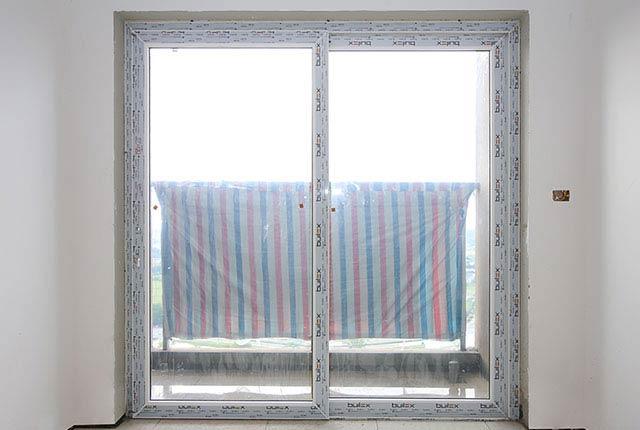 Thi công lắp đặt cửa logia căn hộ tầng 20 block C