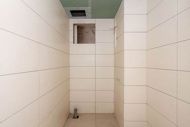Thi công ốp gạch WC căn hộ tầng 20 block A