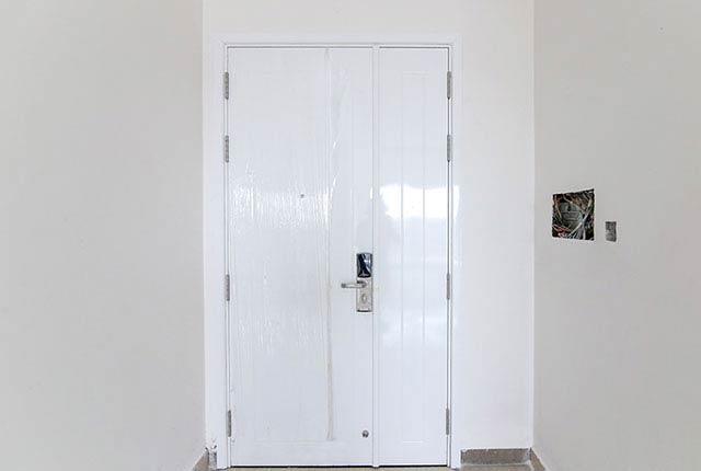 Thi công lắp đặt cửa căn hộ tầng 14 block A