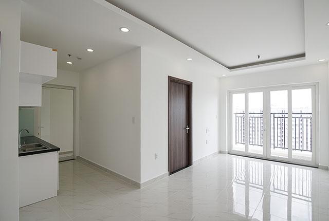 Hoàn thiện lắp đặt cửa phòng ngủ và cửa logia căn hộ block Glory để bàn giao cho khách hàng