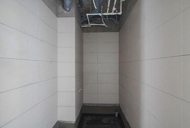 Thi công ốp gạch WC tầng 19 block B1