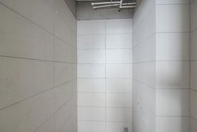 Thi công ốp gạch WC tầng 17 - 21 block A1