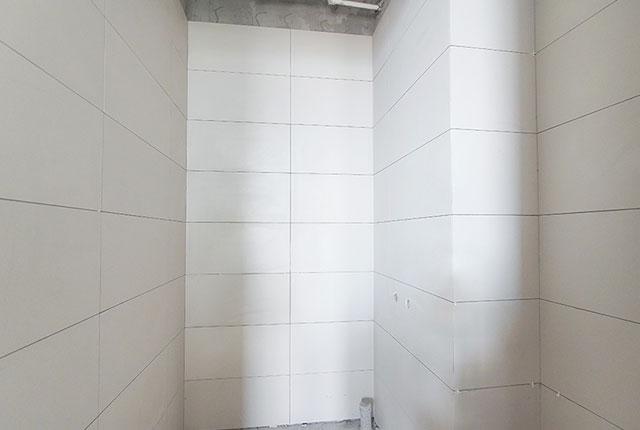 Thi công ốp gạch WC tầng 17 - 21 block B1
