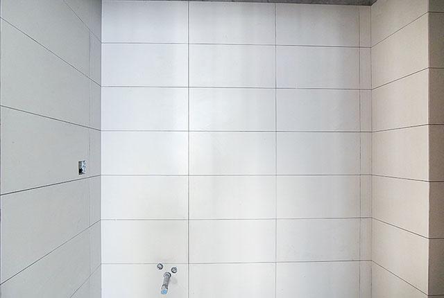 Thi công ốp gạch WC tầng 17 - 21 block B2